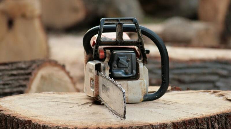 Kettensäge auf Holzstumpf