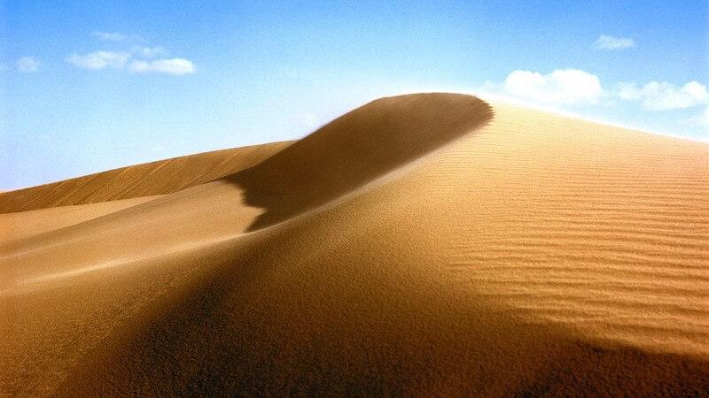Ausschnitt aus Sandwüste unter strahlend blauem Himmel