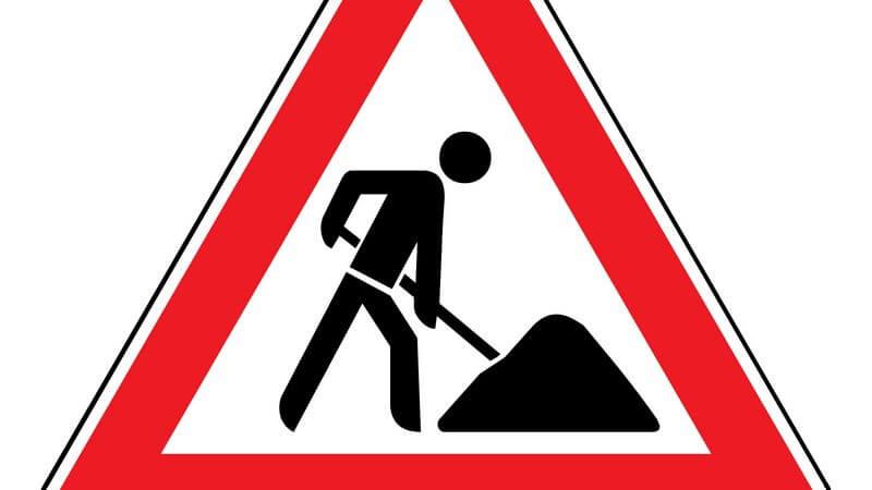 Rotes Verkehrsschild warnt vor einer Baustelle