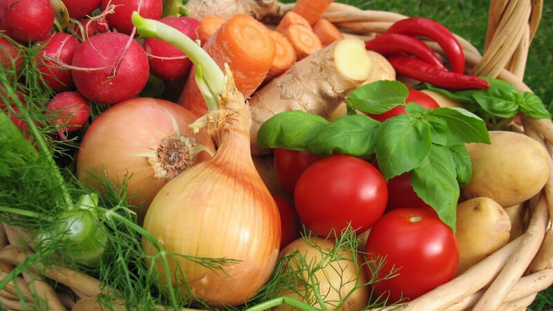 Buntes Gemüse in einem großen Korb