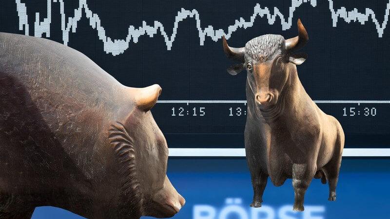 Bronzeskulpturen der Frankfurter Börse vor einer Börsenkurs-Anzeige (Fotomontage)