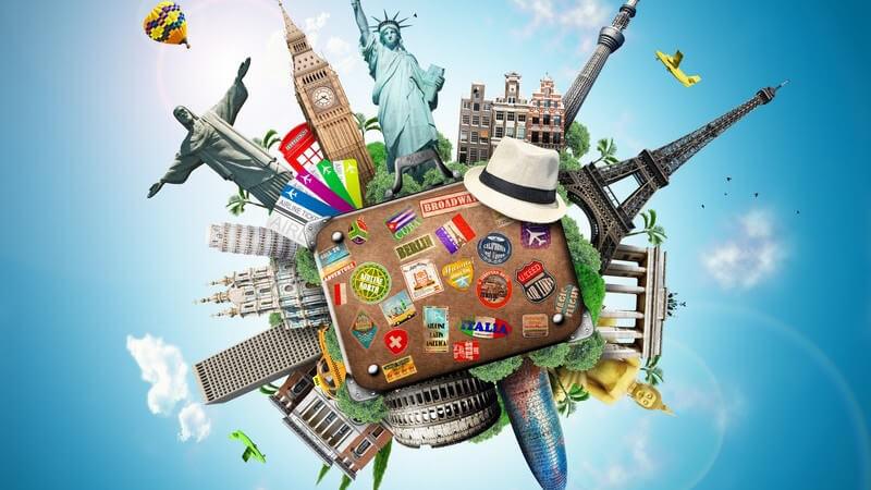 Grafik mit Koffer und bekannten Wahrzeichen und Sehenswürdigkeiten in Form einer Weltkugel vor blauem Himmel