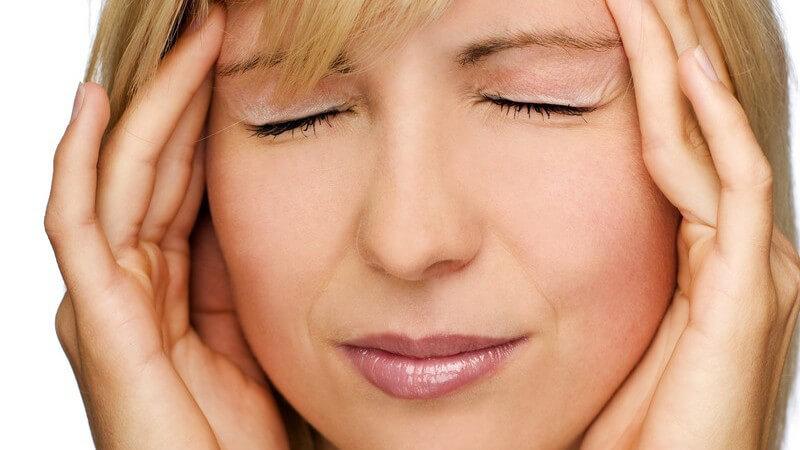 Nahaufnahme junge Frau mit Kopfschmerzen hält sich die Schläfen
