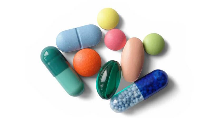 Nahaufnahme bunte Pillen auf weißem Hintergrund