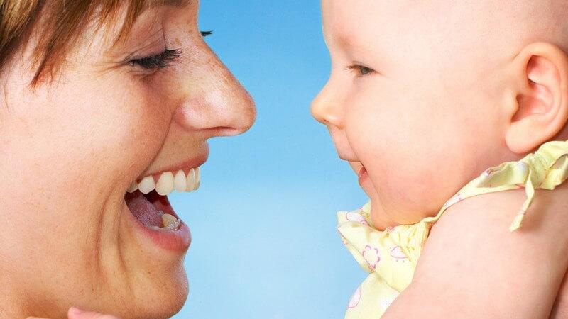 Nahaufnahme Mutter mit Baby, lächelnd
