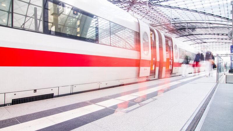 Schnellzug, ICE steht im Bahnhof, davor Reisende, Passagiere