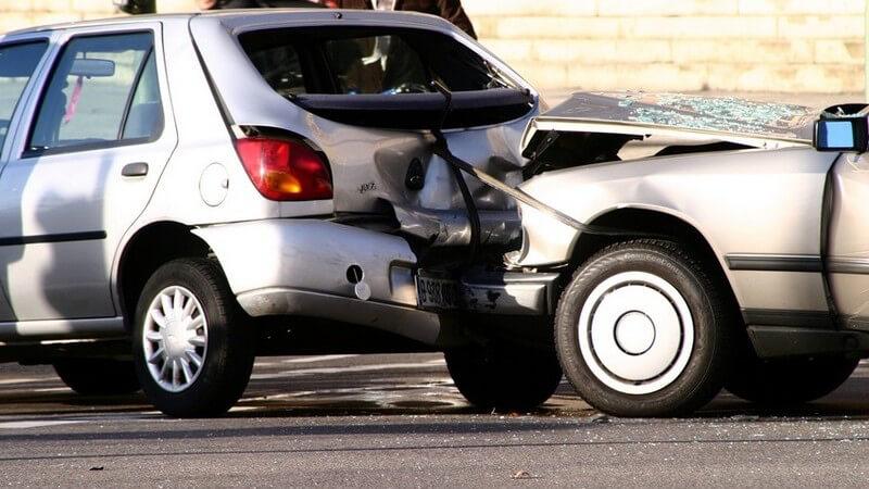 Verkehrsunfall mit Unfallwagen, kurz nach Crash, silberner Ford und Renault, auf Straße