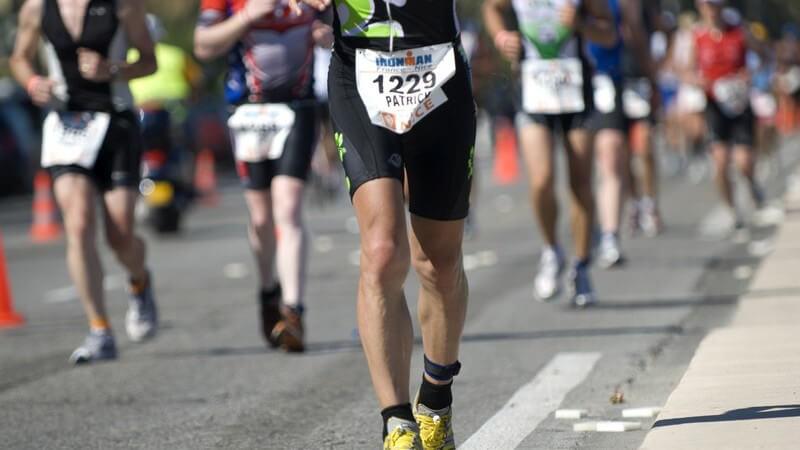 Ausschnitt Marathonläufer auf Straße