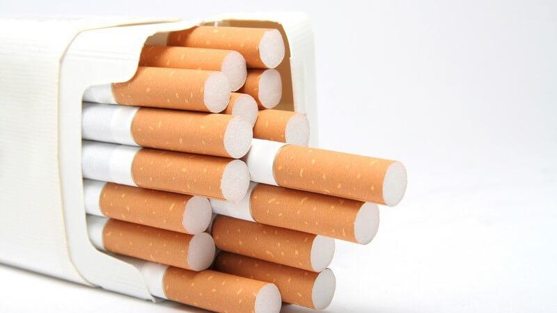 Weiße Schachtel mit Zigaretten, die Filter nach rechts zeigend