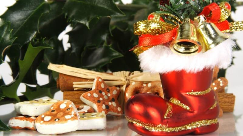 Weihnachtsdekoration, roter Nikolausstiefel, Plätzchen