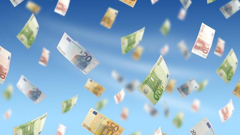 Fliegende Euroscheine auf blauem Hintergrund, Geld