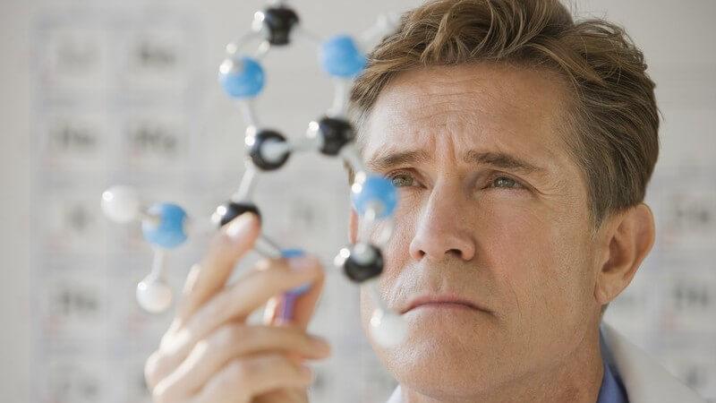 Wissenschaftler untersucht Modell eines DNA Moleküls