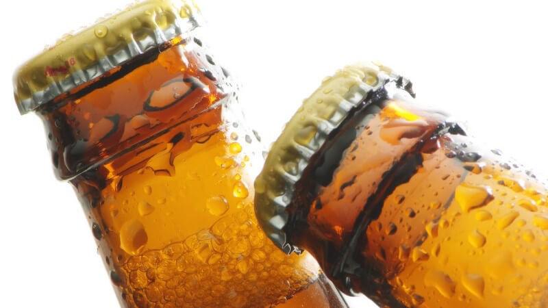 Zwei Bierflaschenhälse, nass gekühlt beim Anstoßen