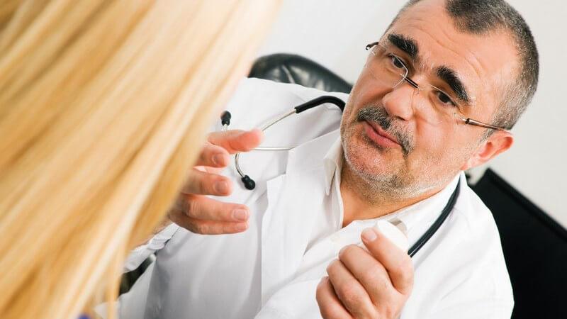 Arzt und Patientin beim Gespräch