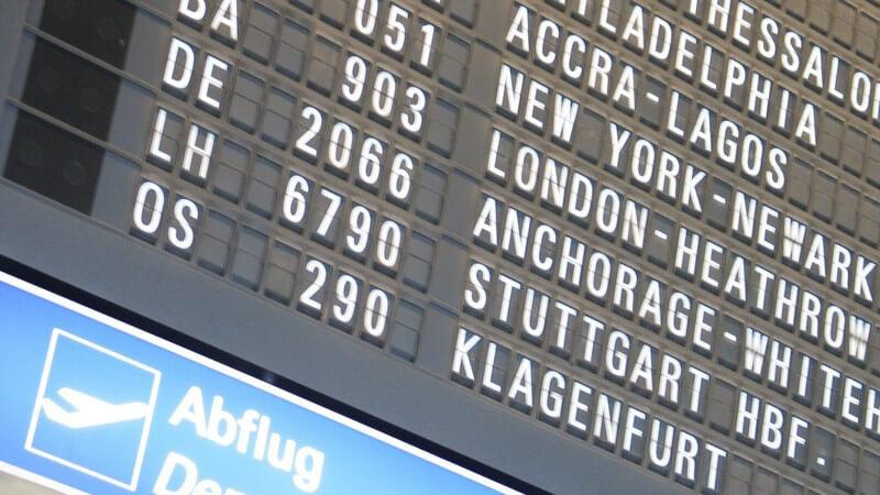 Fliegen - Abflug-Anzeigetafel im Flughafen