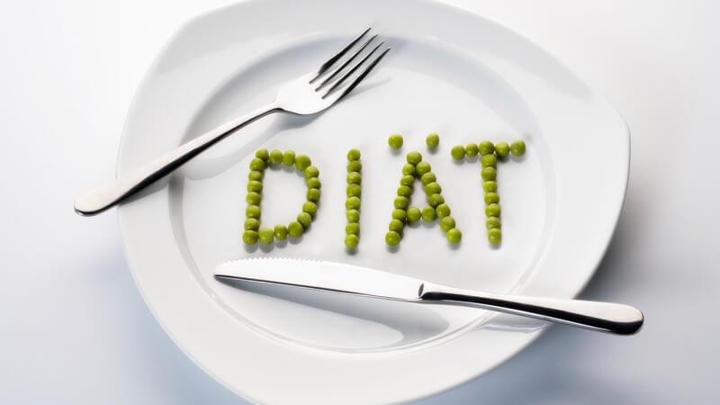 Teller mit Erbsen, die das Wort Diät formen