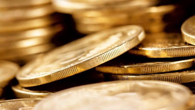 Nahaufnahme von goldenen Münzen