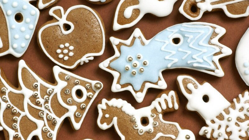 Weihnachtsplätzchen in Weihnachtsmotiven auf braunem Hintergrund