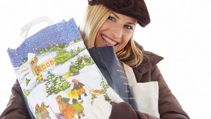 Blonde Frau mit Weihnachtstüten