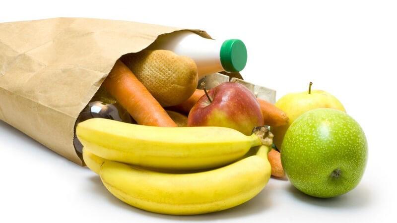 Papiertüte mit Lebensmitteln: Äpfel, Bananen, Milch, Möhren
