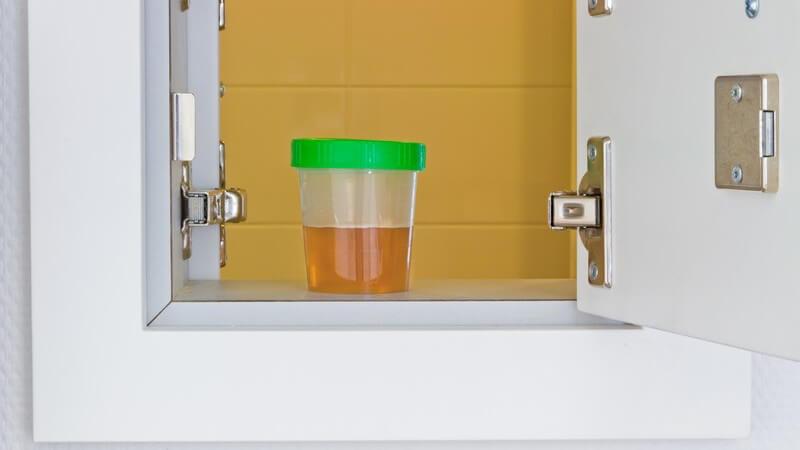 Urinprobe im Behälter in kleinem Schrank