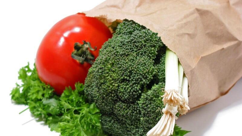 Tomate, Petersilie, grüne Zwiebel und Brokkoli in Papiertüte
