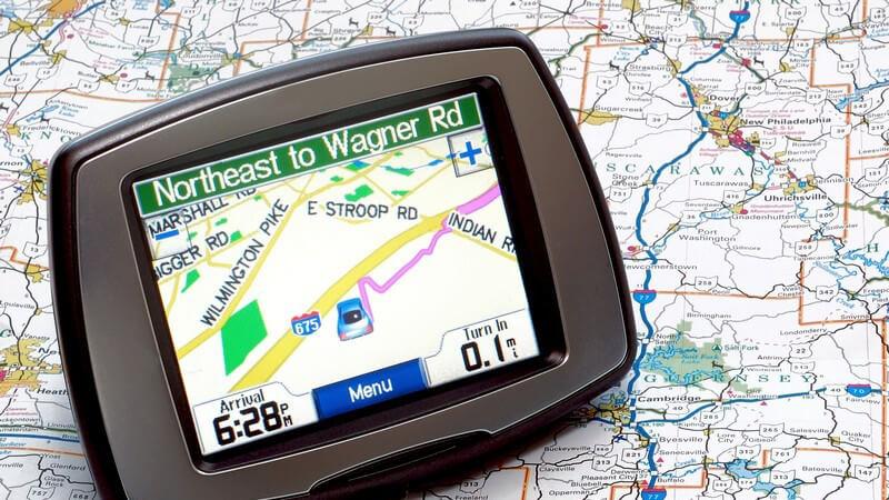 Navigationsgerät liegt auf Stadtplan