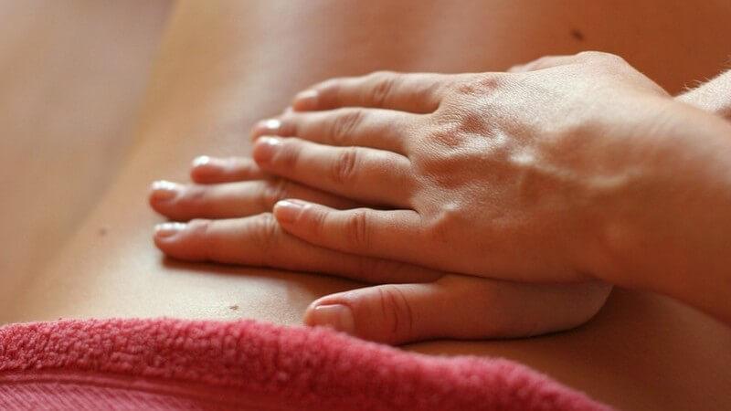 Massage - Rückenmassage mit beiden Händen - Rotes Handtuch