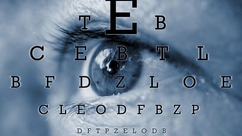 Nahaufnahme Auge, darüber Buchstaben für Sehtest