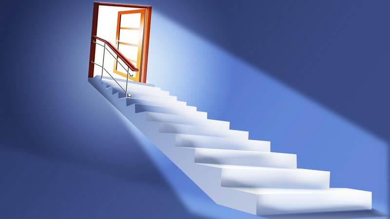 Grafik aufsteigende Treppe mit offener Tür am Ende, Licht fällt hinein