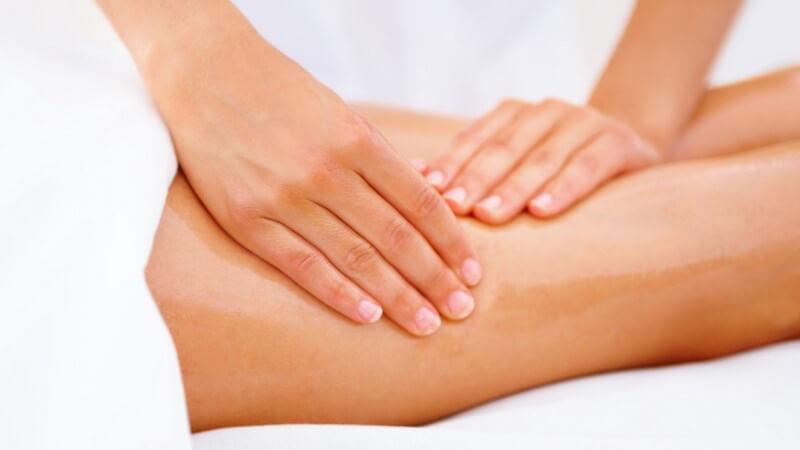Frau bekommt Massage am Oberschenkel