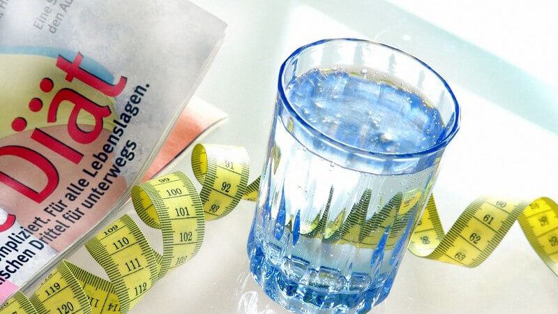 "Glas Wasser, Maßband, Ausschnitt Zeitschrift ""Diät"""