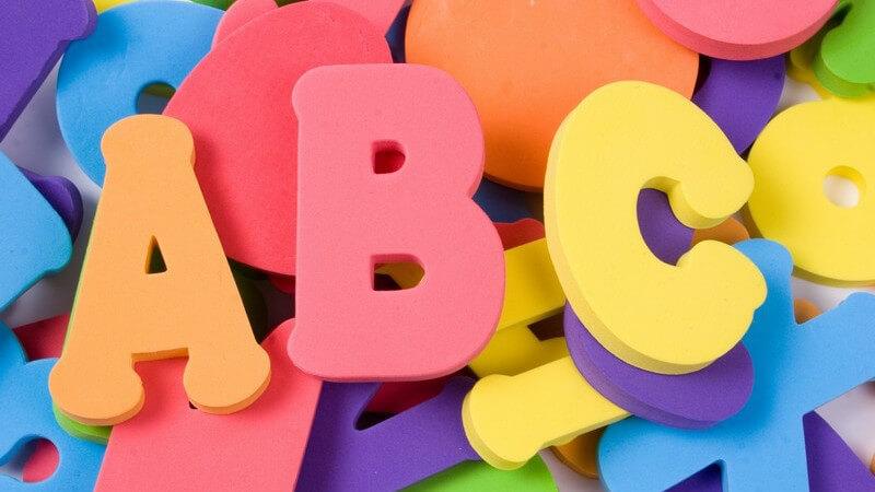 Buchstaben A B C aus Kunststoff auf Haufen