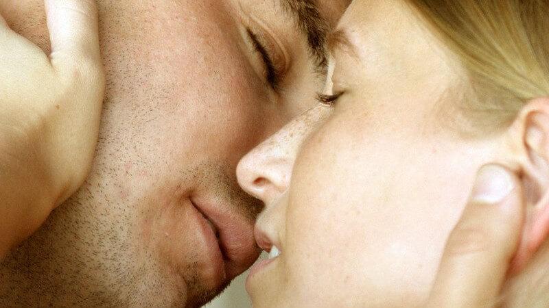 Gesichter eines jungen Paares, kurz vor einem Kuss