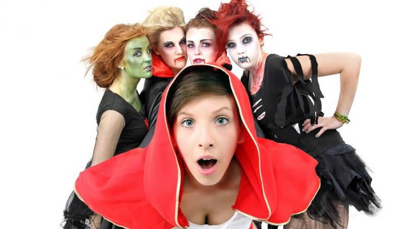 Fünf Frauen in Karnevalskostümen, vorne ein Rotkäppchen und hinten vier Vampire