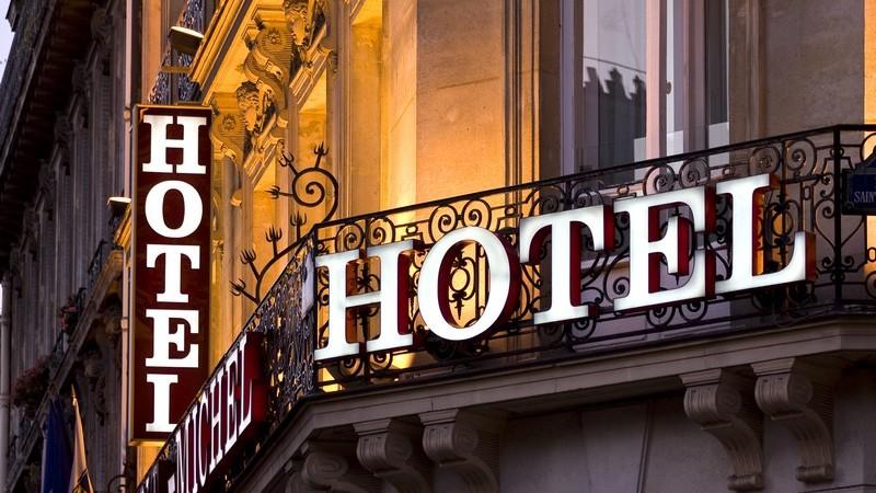 Pariser Hotel bei Abenddämmerung