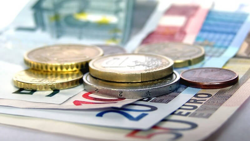 Nahaufnahme Euroscheine und Münzen auf Tisch, Geld