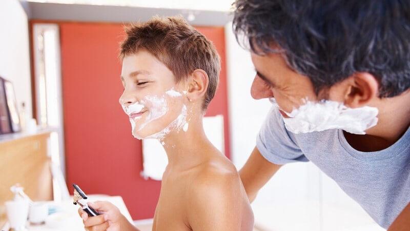 Vater und Sohn im Bad beim Rasieren