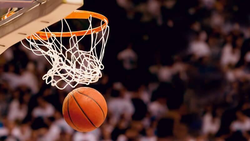 Ein Basketball beim Fall aus einem erfolgreich getroffenen Basketballkorb