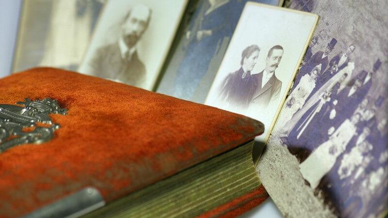 Altes Leder-Fotoalbum mit antiken Familienfotos