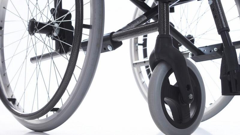Graue Rollen vom Rollstuhl