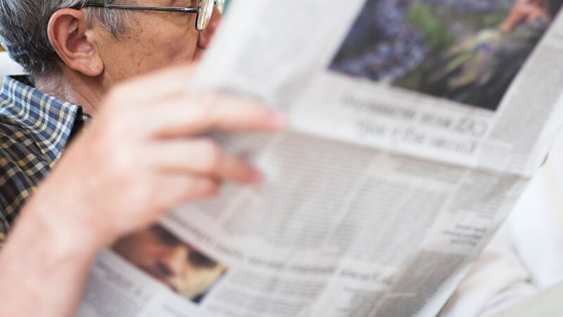 Älterer Mann beim Zeitunglesen