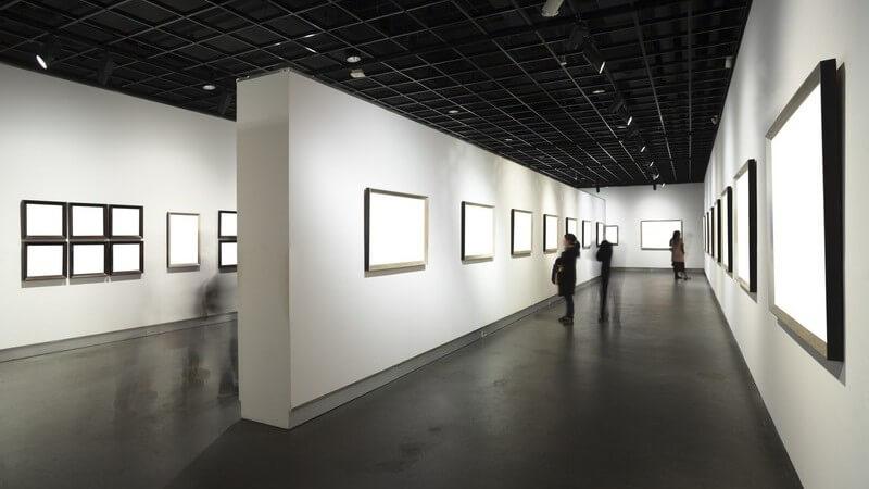 Besucher in einem Museum oder einer Kunstgalerie mit Bildern an der Wand