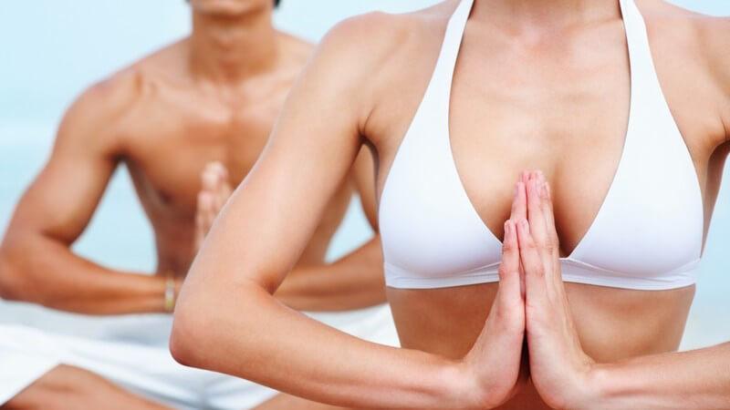 Ausschnitt Mann und Frau bei Yoga Übungen