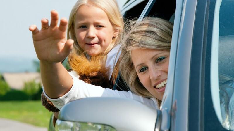 Familie fährt im Auto in den Urlaub