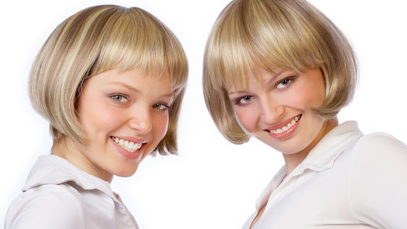 Zwei blonde Zwillingsschwestern