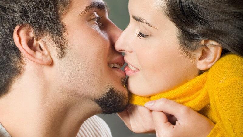 Junges Paar draußen beim Küssen