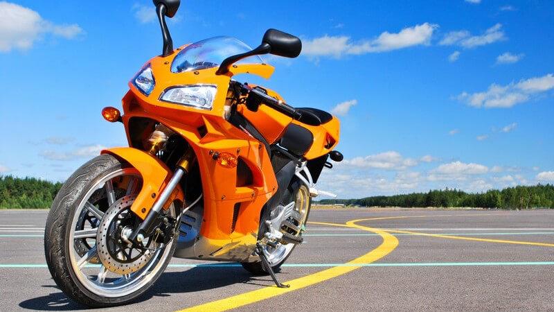 Orangenes Motorrad auf Straße