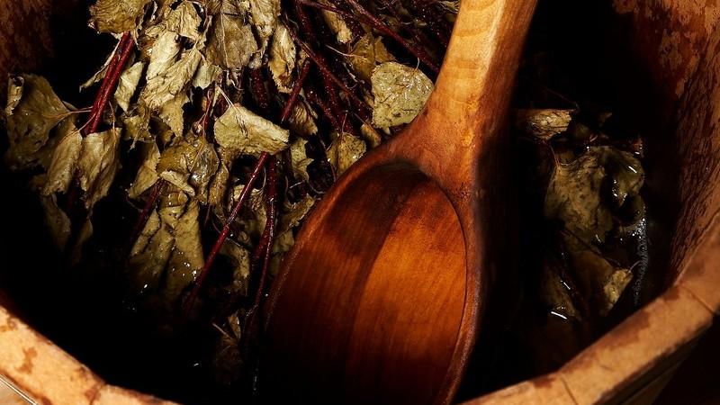 Holzeimer mit getrockneten Pflanzen für Sauna Aufguss