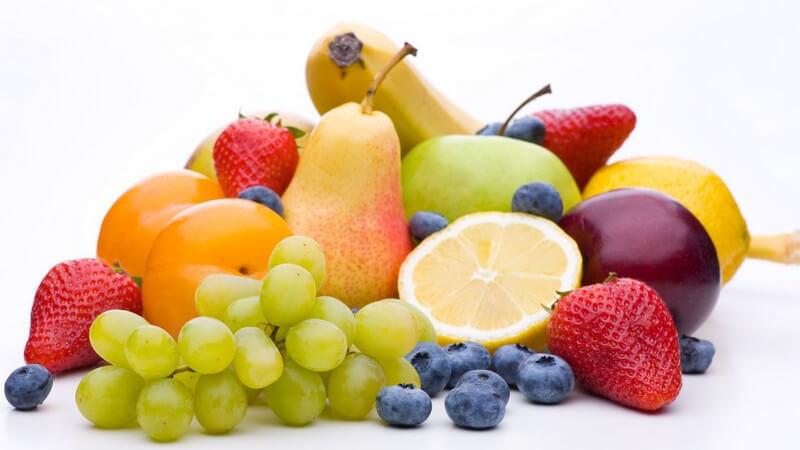 Obst bunt gemischt - Trauben, Erdbeeren, Heidelbeeren, Zitrone, Apfel, Birne, Banane und Aprikosen